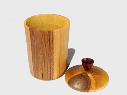 Walnut vase with cover N2